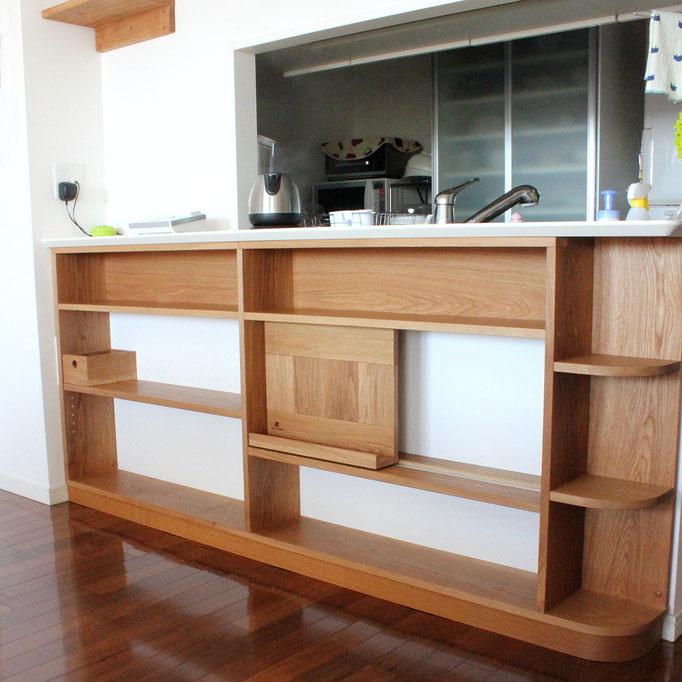 対面キッチンカウンター下の飾れるオープン棚(横浜市・S様邸)