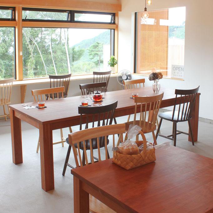 カフェの大きなシンプルダイニングテーブル(長野県東御市・Organic Cafe DITO様)