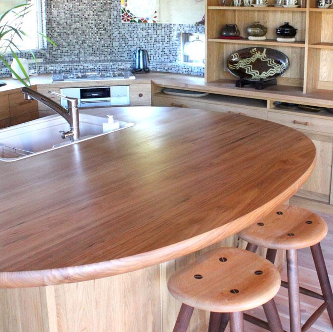 クルミ無垢材の豆型アイランドキッチン(川崎市・Y様邸)