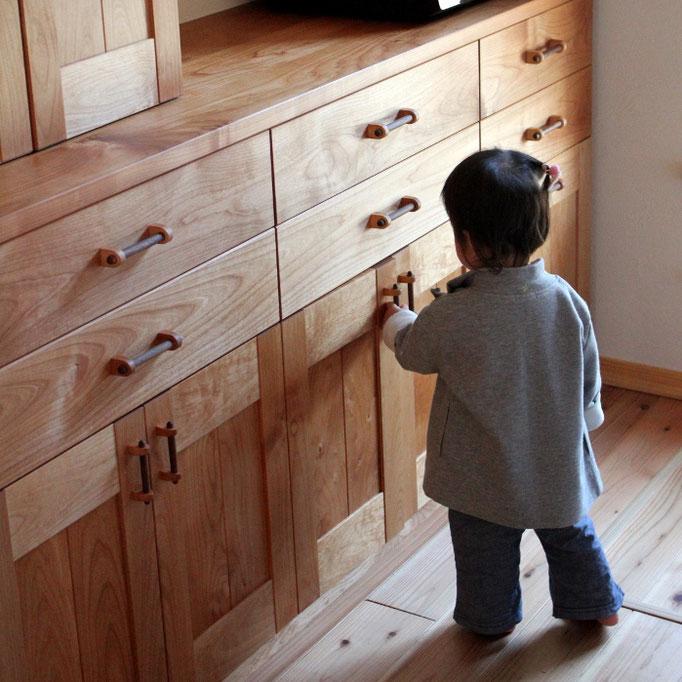 アルダー無垢材のキッチン壁面収納(相模原市・M様邸)
