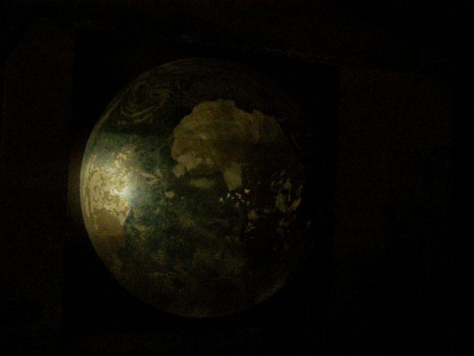 """""""weltneuerschaffen"""", Nachtansicht, 300x300cm, Stahl geschliffen, Transparentfarbe, 2005"""