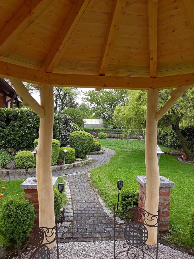 8-Eck Pavillon mit Baumstammstützen nach Bauplan