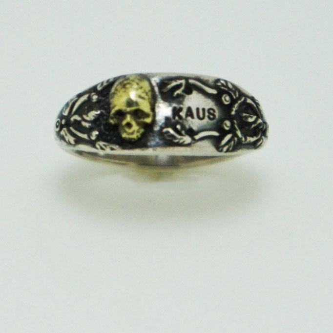 samall skull ring:繊細な唐草模様に5mmの真鍮製スカルが留まっています。