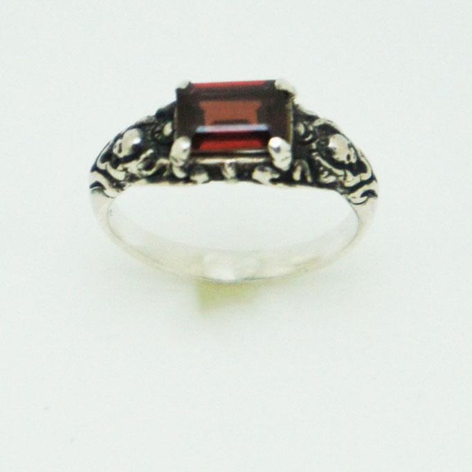small stone ring:5mm x7mmのガーネットが留まった細めのリング。両脇に2mmの骸骨が居ます。
