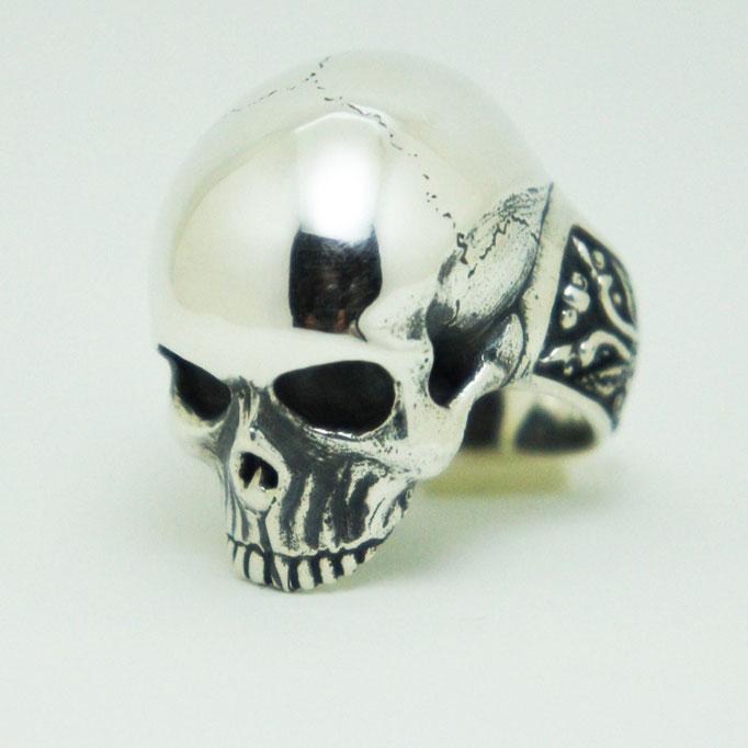 master skull ring  ¥24,800 少し下を向いているのが特徴。