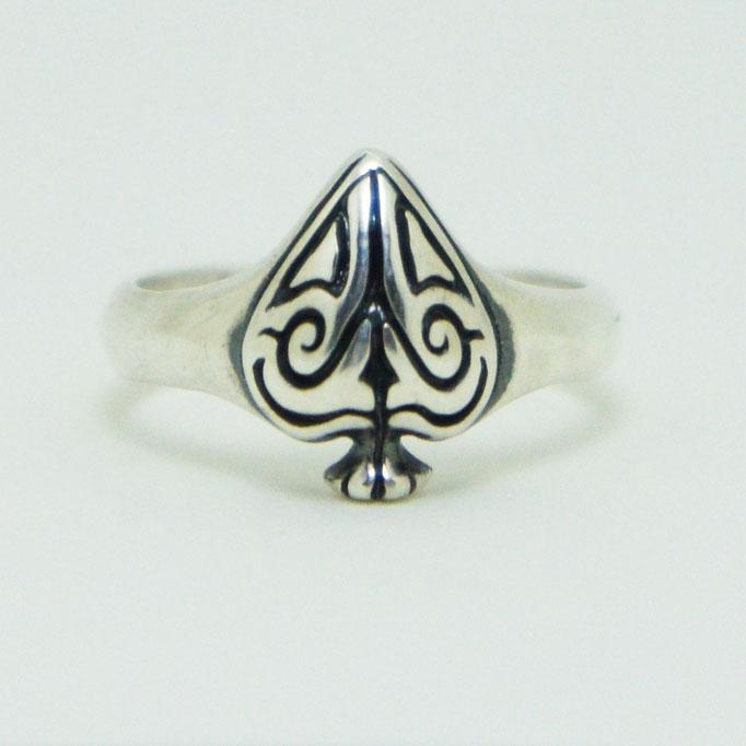 spade ring:小さいながらもボリュ―ム感がある曲線のキレイなリング。見ようによっては笑顔に