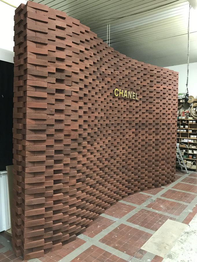 Aufbau der CHANEL Wand in der Werkstatt