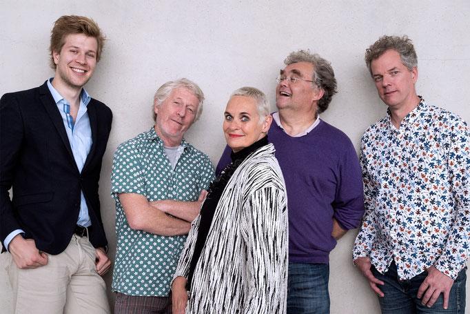 Groepsfoto van de nieuwe opstelling van het Greetje Bijma Kwintet. Met (links) Jochem Braat, Alan Laurillard, Greetje Bijma, Charles Huffstadt en (rechts) Roeland Dol.