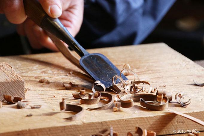 のみで箸の先を細く削ります
