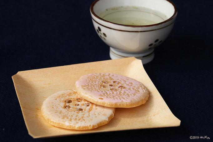 麩焼きせんべい「菅公梅」と香煎茶(北野天満宮の梅苑