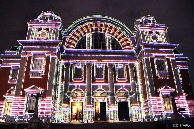 光で浮かび上がる大阪市中央公会堂(大阪市中央公会堂プロジェクションマッピング2015)