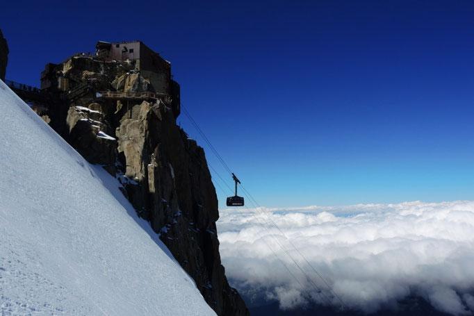 Auffahrt von Chamonix zur Aiguille du Midi bei einer Montblanc Besteigung