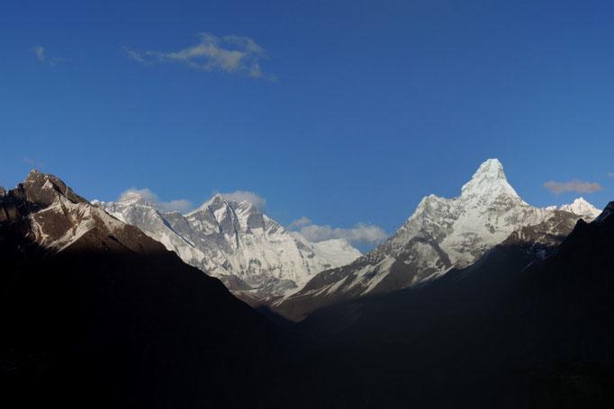 Die Ama Dablam gesehen von Khumjung. Der Gipfel von Mount Everest links hinter Lhotse