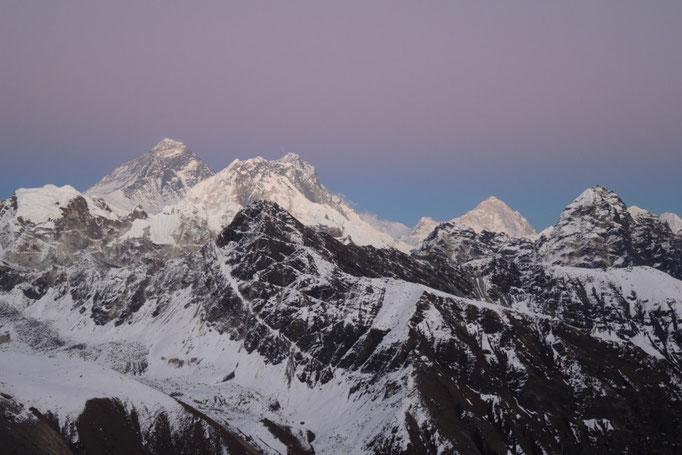 Mount Everest, Lhotse und Makalu nach Sonnenuntergang vom Gokyo Ri