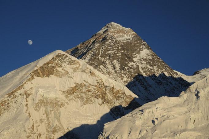 Mount Everest mit aufgehendem Mond fotografiert am Kala Patar