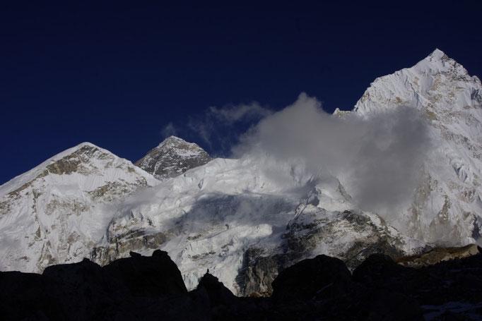 Mount Everest und Nuptse in der Nähe vom Pumori Basislager