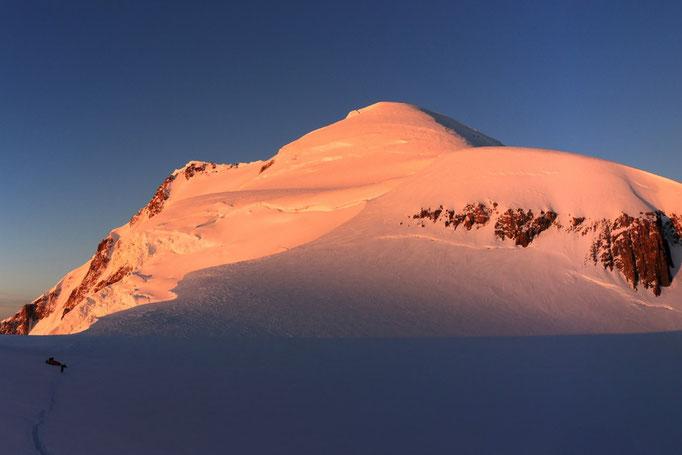 Die ersten Sonnenstrahlen am Mont Blanc