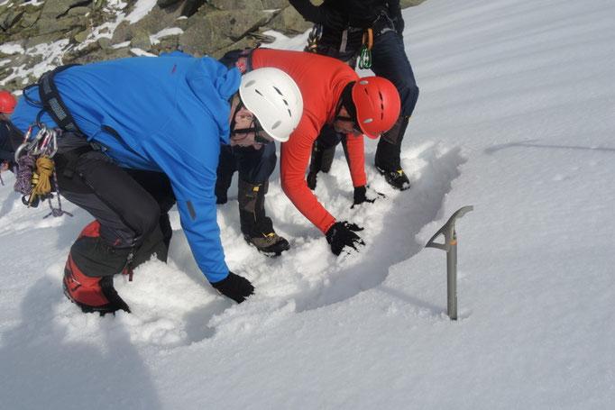 Vorbereitungen für einen T-Anker im Schnee