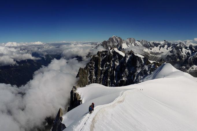 Firngrat von und zur Aiguille du Midi Seilbahn in Chamonix. Im Hintergrund Aguille Verte