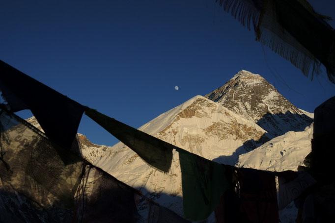 Mount Everest mit Gebetsfahnen und Mond vom Kala Patar