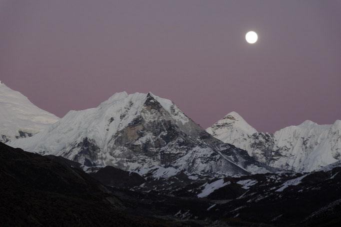 Imja Tse (Island Peak) nach Sonnenuntergang im Vollmondschein