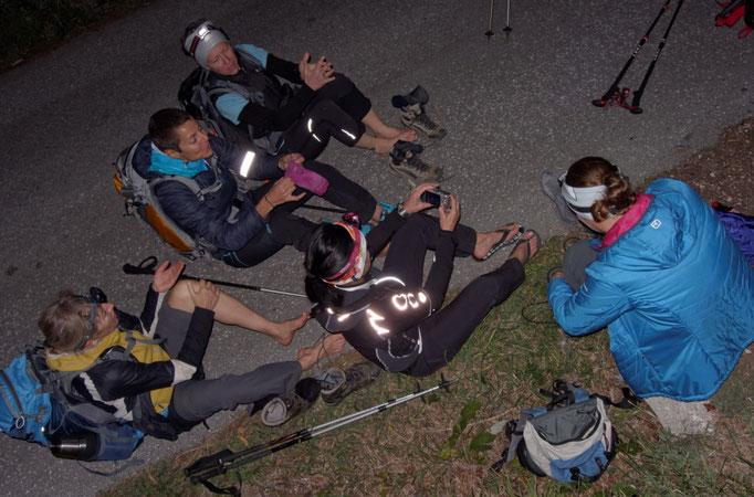 24 Stunden für Nepal, Fußpflege gegen Ende der Wanderung mit Gerlinde Kaltenbrunner