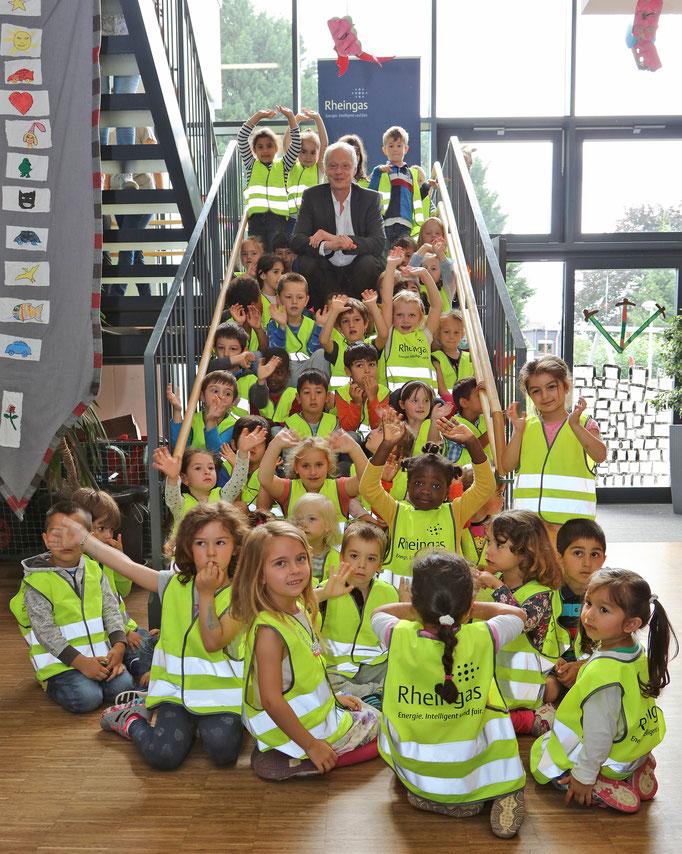 Rheingas-Geschäftsführer mit Kindern im Kinder- und Familienzentrum Brühl
