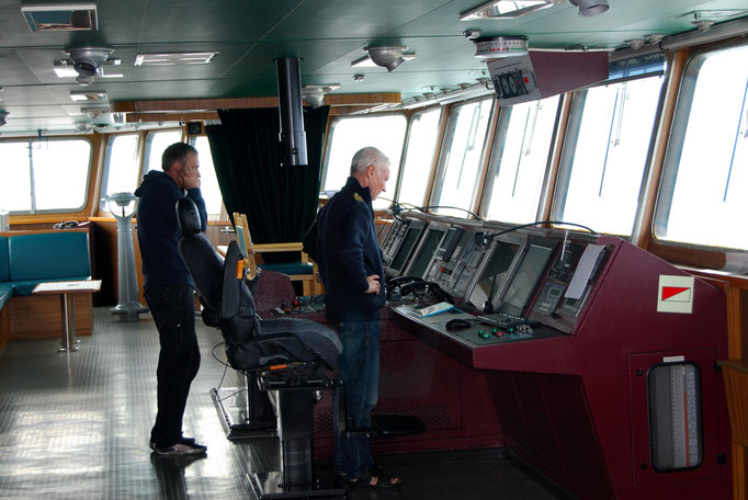 Kapitän und 1. Offizier auf der Brücke