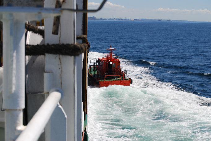Lotse kommt an Bord vor Helsingborg