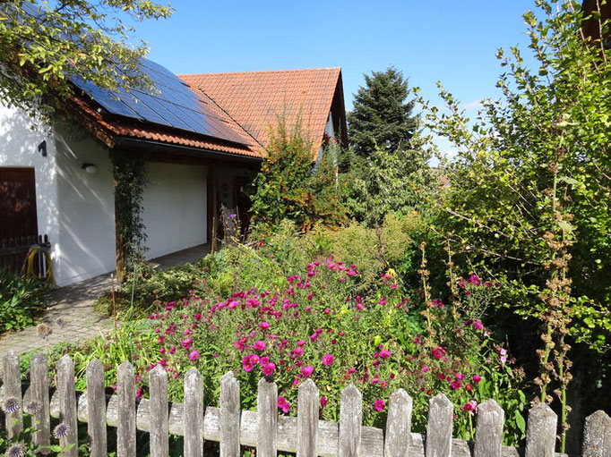 Gerne können Sie in unserem großen Garten entspannen