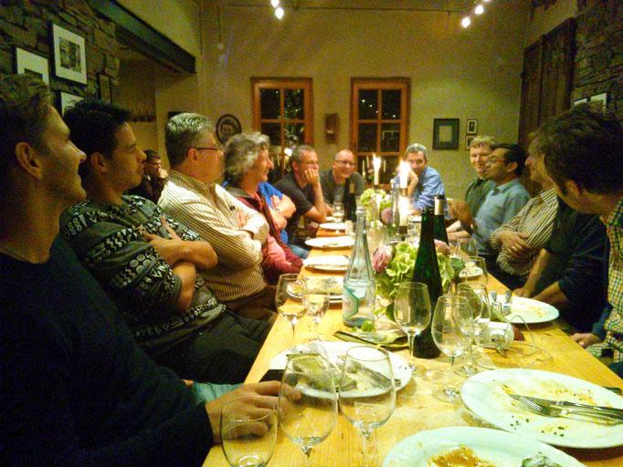 レストランのご主人からワインの話を伺っているところ!