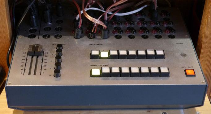 Das Telefunken U250/10 ist ein Umschaltpult, für Audio-Vorführung (Rundfunk-Fachhandel, HiFi-Studio), für 5 Stereo NF Quellen, 10 Verstärker, 10 Lautsprecher.