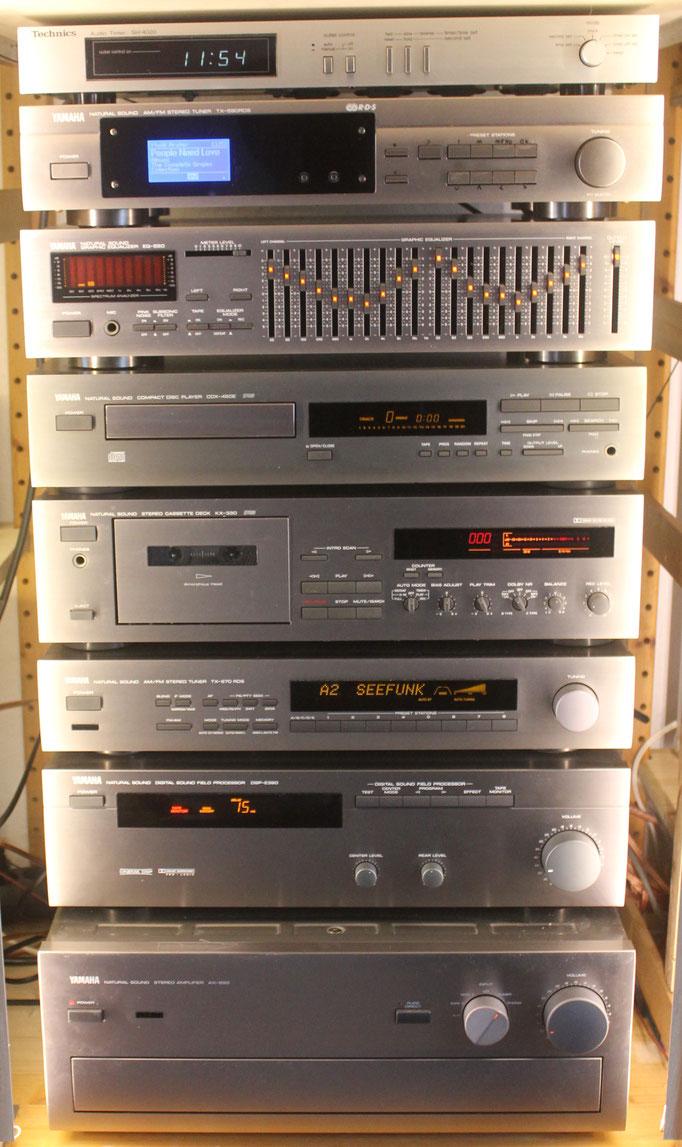 Yamaha Anlage .Titan Series, vom Beginn der 80er, das 2. Gerät von oben ist ein selbstgebauter Internet/ DAB / Netzwerkplayer