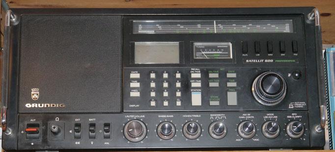 Weltempfänger Grundig Satellit 600 Professional Baujahr 1984, UKW / KW Bänder 160 - 11 Mtr / MW / LW,  60 Stationsspeicher, 220V/ Batteriebetrieb, ein Erbstück von meinem Vater