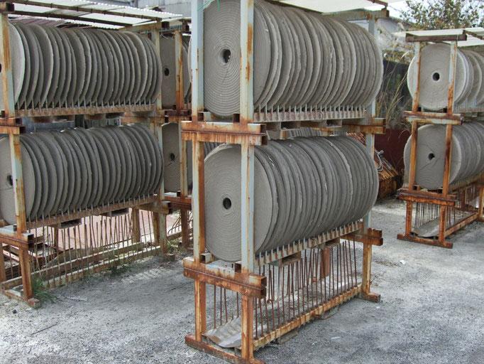 「特級本山水簸木節」「1級本山水簸木節」乾燥: 生成された固形の製品を天日干しすることで、乾燥させた製品を生成します。