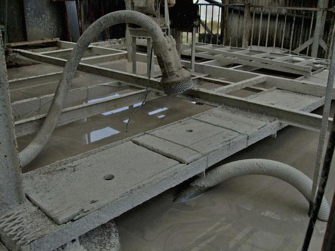 沈殿槽: 不純物を取り除くため、時間をかけて沈降させます。