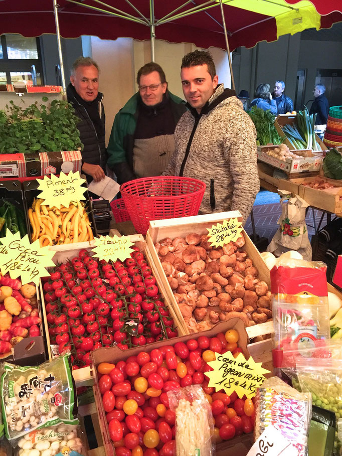 Zsolt with Philippe and Nicolas (Michelle not on the photo) at their fruit and vegetables stand