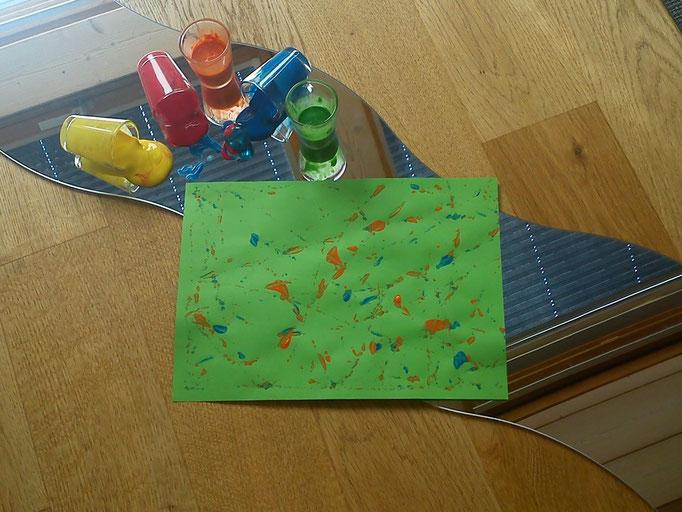 ...heute sind im Kurs schöne Farb-Murmel-Bilder entstanden...