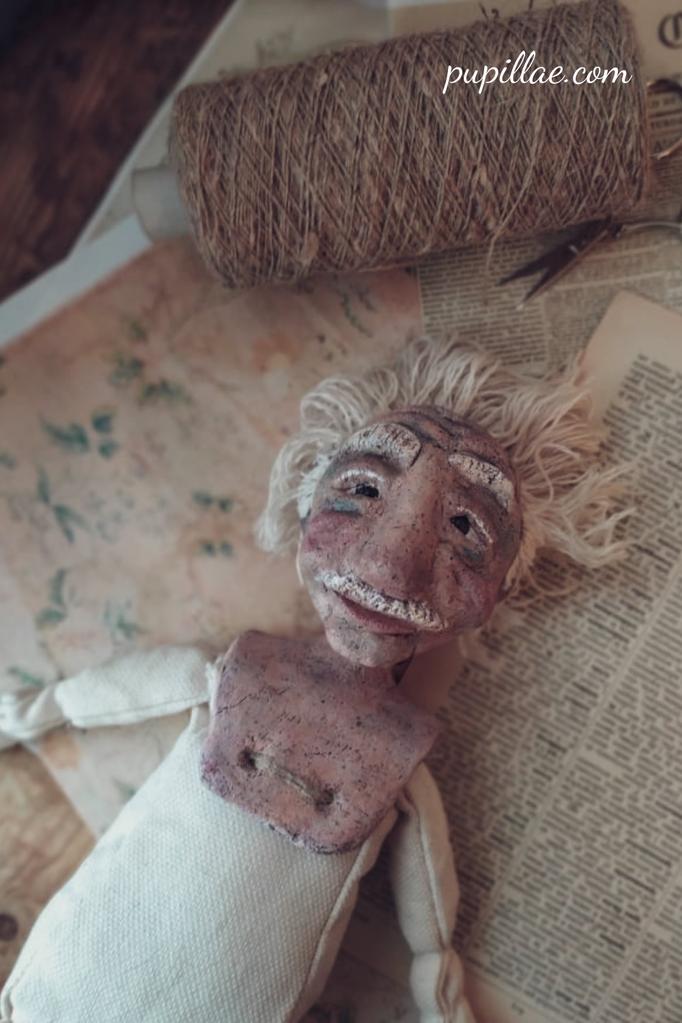 Bambola pezzo unico ispirata ad Albert Einstein durante la realizzazione.