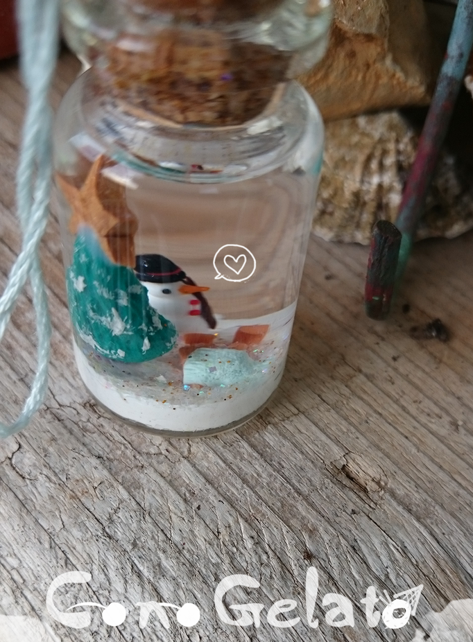 Globo di neve formato boccetta con mini personaggi (pupazzetto da 1 cm) fatti a mano. Se agitata, nella boccetta nevicano brillantini bianchi  ❄️🌨 - 16*