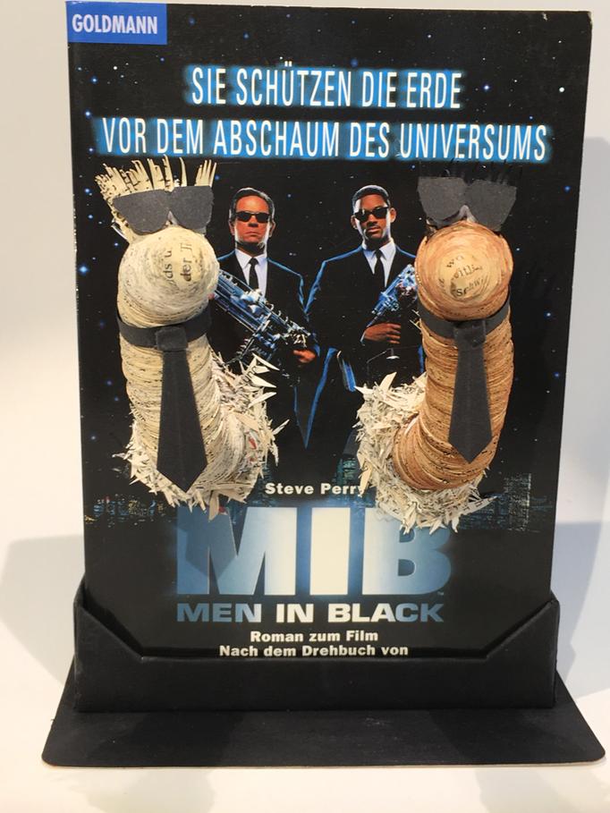"""(024) 2x Paul als """"Men in Black"""", mit handgefertigter Buchstütze, 75,00€ zzgl. Versandkosten"""