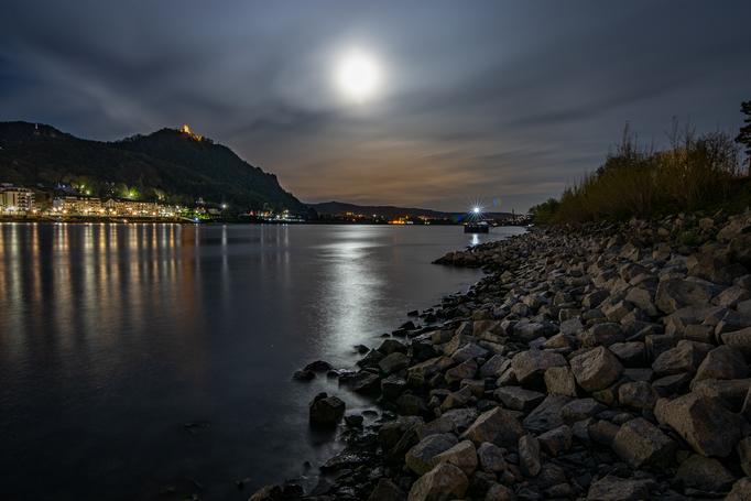 Supermond über dem Rhein