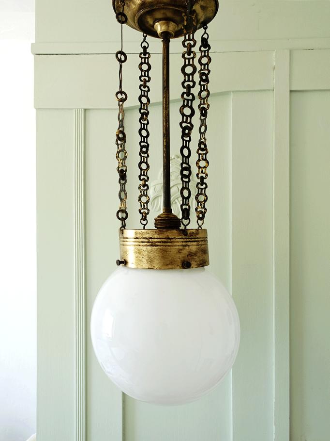 Antike Kugellampe an Messingketten um 1920