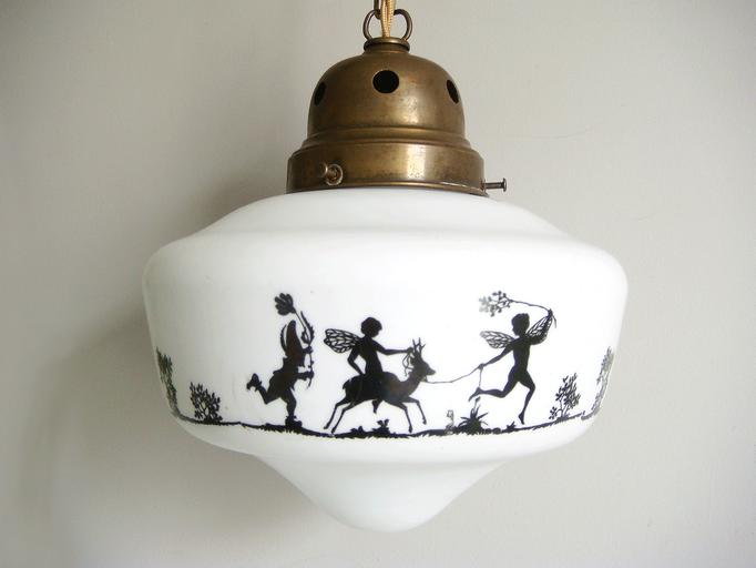 Antike Lampe mit Scherenschnitt-Motiv