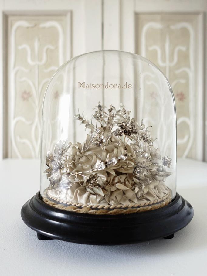 Antiker Brautkranz unter Glasdom
