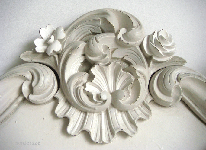 Geschnitzte Supraporte mit Rosen-Relief