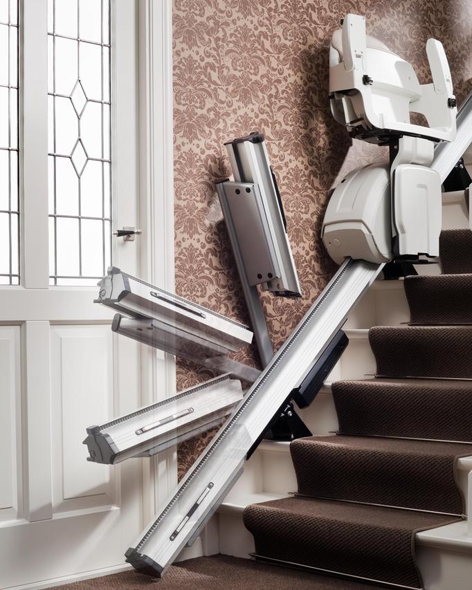 Sollte sich bei dem unteren Haltepunkt eine Tür befinden, komm eine Klappschiene zum Einsatz. Diese kann manuell betätigt werden oder mit einem elektrschen Antrieb versehen sein.