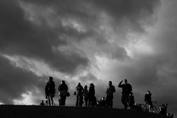 Menschen auf dem Olympiaberg in München ... bei Windstärke 9