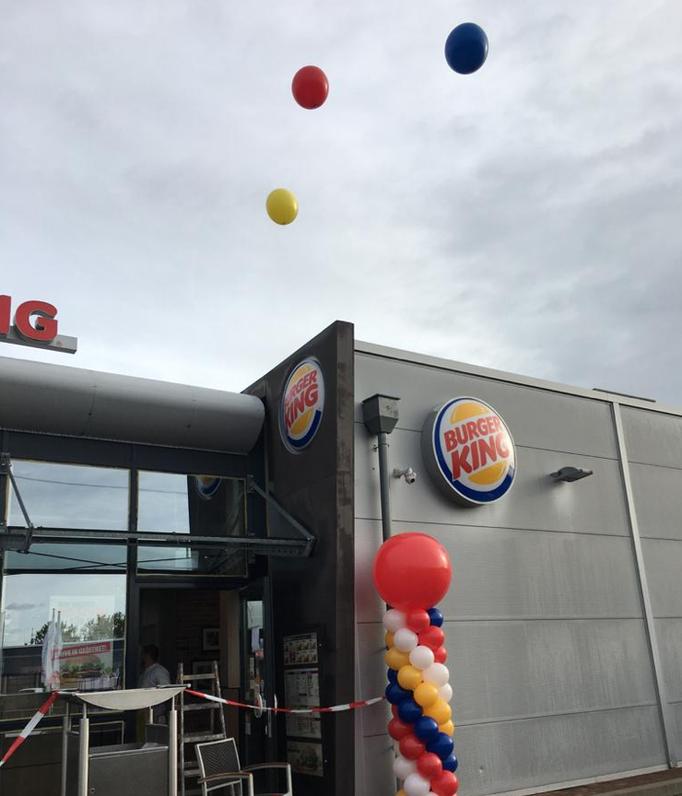 Ballonsäule mit Riesenballontopping und 120 cm Riesenballons über dem Dach. Burger King.