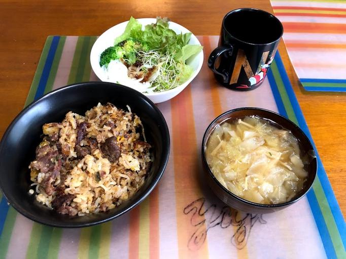 7月6日土曜日、Ohana朝食「プルコギ炒飯、サラダ(レタス、ブロッコリー、ブロッコリスーパースプラウト)、キャベツたっぷりワンタンスープ」